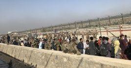 Fuerzas extranjeras en la puerta de entrada del aeropuerto internacional de Kabul.