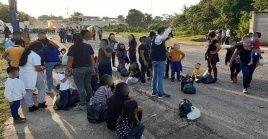Funcionarios del Conamigua atienden a migrantes centroamericanos en el puesto fronterizo de El Ceibo.