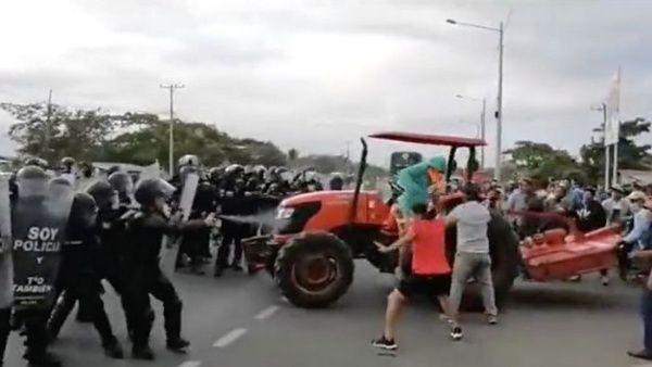 Policía de Ecuador reprime manifestación de agricultores que exigen mejoras de precios