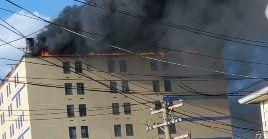 Al lugar acudieron más de 20 unidades para atender la emergencia, 106 bomberos y rescatistas, quienes pudieron contener las llamas.