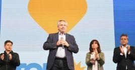 """Fernández subrayó que """"queremos la felicidad de nuestro pueblo y no bajaremos los brazos hasta volver a poner el país de pie""""."""