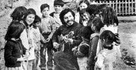 Por el ejemplo que representa Víctor Jara para la sociedad civil chilena, se le ha dado su nombre a una calle de la capital, Santiago.