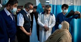 El titular de OMS se interesó en el Hospital Nacional de Kabul por el estado de pacientes y condiciones del personal de salud.
