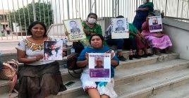 Indígenas yaquis se manifiestan para exigir justicia por sus familiares desaparecidos en la capital del estado de Sonora.