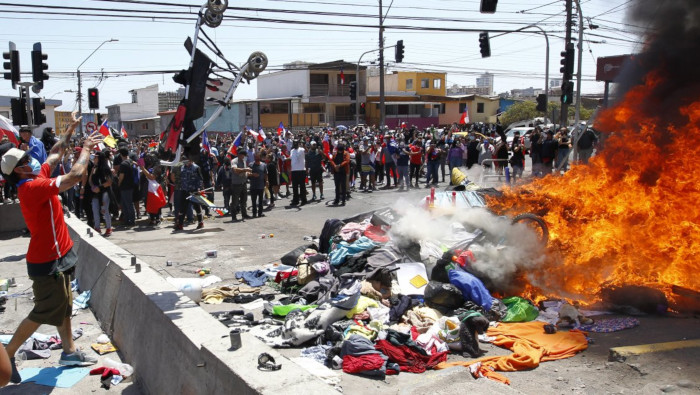 Xenófobos queman pertenencias de migrantes en Iquique, Chile