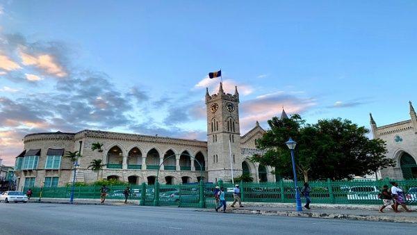 El Parlamento de Barbados aprobó finalizar su asociación con la Corona Británica