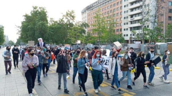 Personal de Control de Orden Público de Carabineros (policía militarizada) llegó hasta el lugar para dispersar a los manifestantes.
