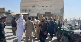 Este atentado en el que participaron tres atacantes suicidas tuvo lugar a primera hora de la tarde en la mezquita Imam-Bargah, el mayor templo de la minoría chiíta en Kandahar.
