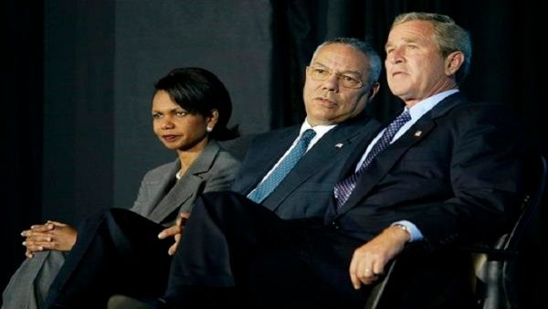 Powell, al centro, respaldó los planes bélicos del expresidente George W. Bush.