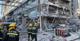 Bomberos chinos constatan los daños materiales que dejo la explosión en la ciudad de Shenyang.