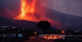 La colada del volcán sobrepasa los 1.100 grados Celsius de temperatura.