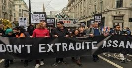 """Con la consigna de """"No extradición"""", los manifestantes exigen la liberación de Julián Assange."""
