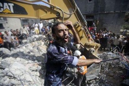 A Palestinian policeman reacts as rescue workers search for victims under the rubble of a house, which witnesses said was destroyed in an Israeli air strike, in Rafah in the southern Gaza Strip August 21, 2014. (Photo:Reuters)