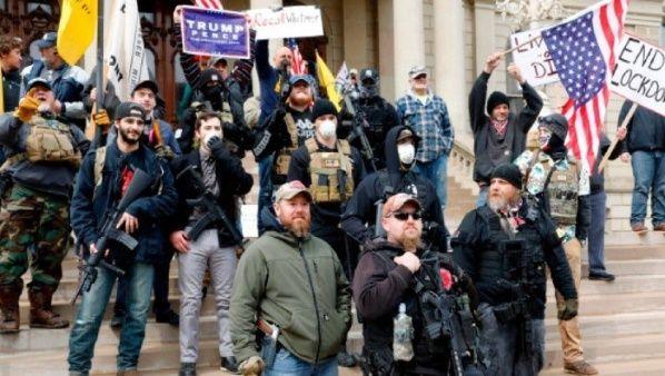 Partidarios de Trump hacen frente a los manifestantes en Portland portando armas de fuego de diverso calibre. Fuente: Twitter @itsjustwhite