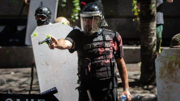 Partidarios de Trump hacen frente a los manifestantes portando armas de fuego. Fuente: Twitter @maranierae
