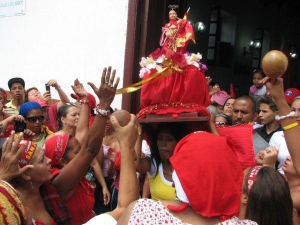 San Juan sale de templo