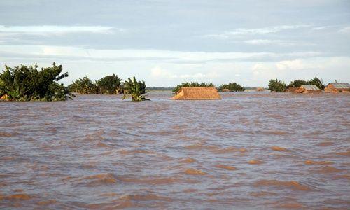 El agua castiga pueblos y arroz en Myanmar
