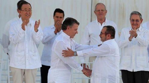 Juan Manuel Santos y Timochenko saludaron la firma del acuerdo.