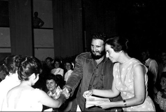 Fidel Castro y Vilma Espín durante la constitución de la Federación de Mujeres Cubanas, (FMC) surgida de la unidad de todas las organizaciones femeninas existentes en el país. Foto: Cubadebate
