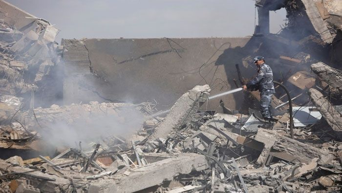 Bombero sirio en el destruido Centro de Investigación Científica en Damasco. Foto: Reuters