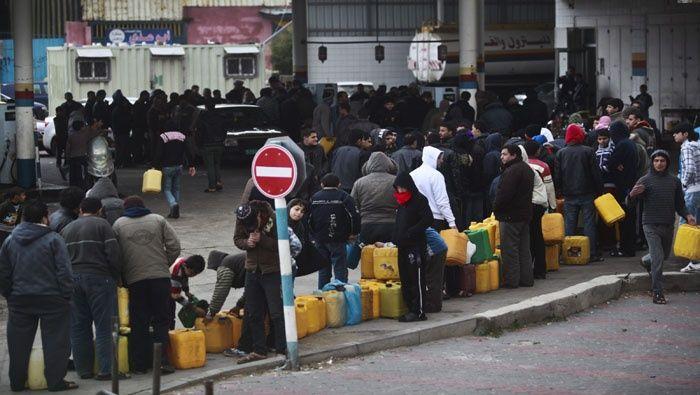 Palestinos hacen cola en las estaciones de servicio para llenar combustible FOTO: EFE