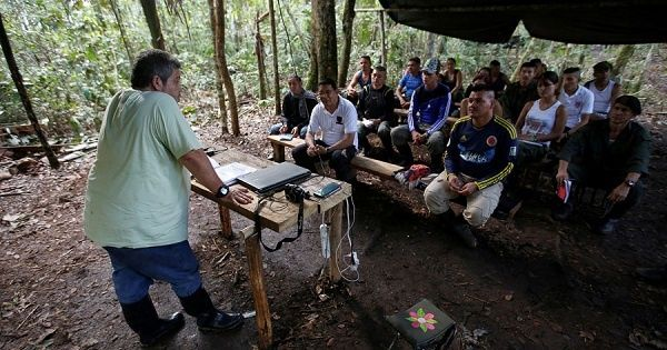 Since the members of the FARC continue to have arrest warrants, some doubt if the demobilization process will be effective.