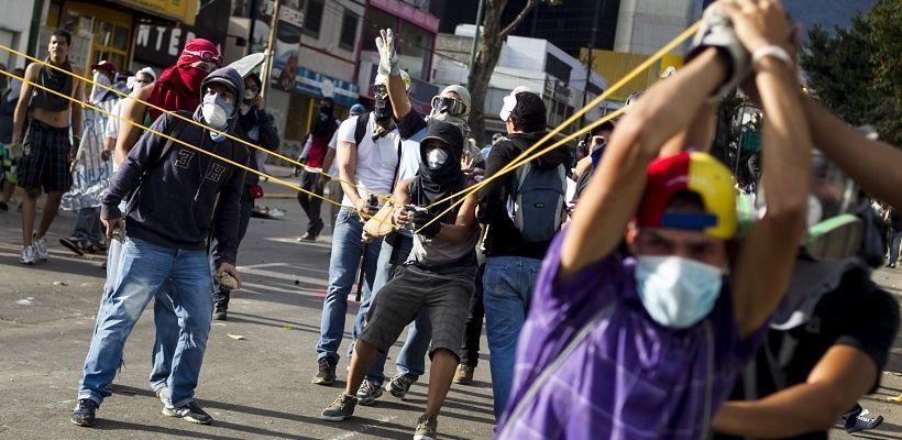 Resultado de imagen de guarimbas venezuela 2017
